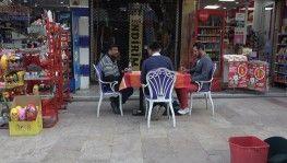 Sokağın ortasına masa kurup okey oynadılar