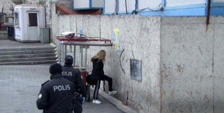 Taksim'de hastaneden kaçan koronavirüs şüphelisi genç kız, polisi alarma geçirdi