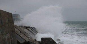 Zonguldak'ta rüzgar nedeniyle dalgalar mendireği aştı
