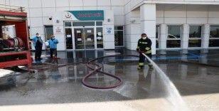 Aksaray'da itfaiye ekipleri hastane bahçesini dezenfekte etti