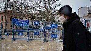 Uyarılar dinlenmeyince, polis meydanı barikatla kapattı