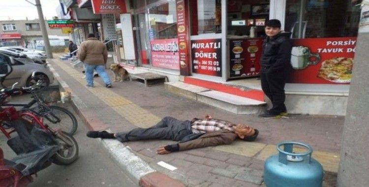 Sokak ortasında yığıldı, korona korkusu yaklaştırmadı