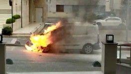 Kadıköy'de otomobilin sokak ortasında alev alev yandığı anlar kamerada