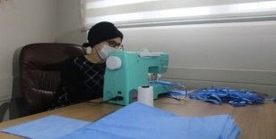 (Özel) Bu mahallenin kadınları sağlık çalışanları için evlerinde maske dikiyor
