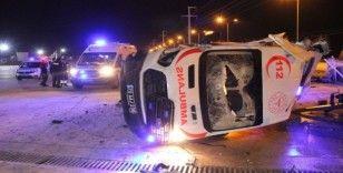 Tekeri patlayan ambulans beton bariyere çarparak fabrika bahçesine devrildi: 3 yaralı