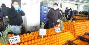 Pazarcılar meyve ve sebzelere el değdirmiyor