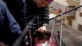 Küçük kızın kafası balkon demirlerine sıkıştı
