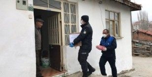 Polis memurundan evde kalan yaşlılara duygulandıran sözler