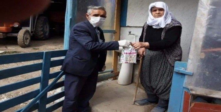 Mahalle muhtarı yaşlıların tüm ihtiyaçlarını karşılıyor