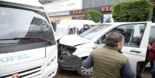 Minibüs, otomobille yarışırken polis aracına çarptı: 2'si polis 3 yaralı