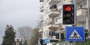 """Trafik ışıklarına Korona virüs ile mücadele kapsamında """"Evde Kal"""" uyarısı koydular"""