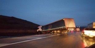 Yalova'da tır yoldan çıktı, sürücüsü ölümden döndü