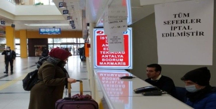 Yasağa takılmadan yolculuk etmek isteyen vatandaşlar otogarda kaldı