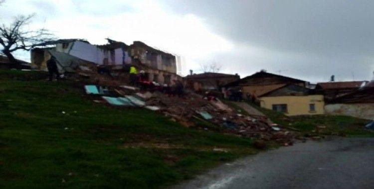 Malatya'da 2 katlı ev çöktü