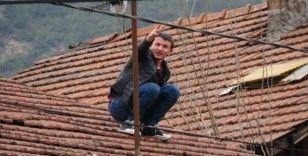 (Özel) Yardım için çatıya çıktı, mahsur kaldı