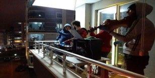 'Evinde kalan' vatandaşlara balkondan moral konseri