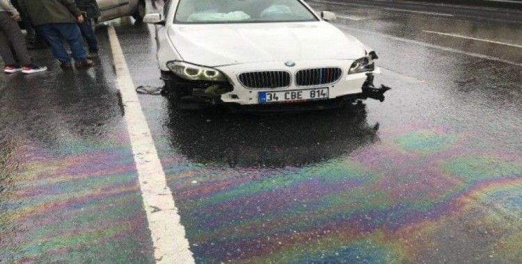 Kayganlaşan yolda kaza yapan araç sürüklenince lastikleri fırladı