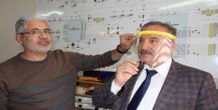 Öğretmenler evlerinde siper maske üretiyor