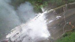 Çin'de yolcu treni raydan çıktı
