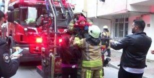(Özel) Apartmanın bodrumunda yangın çıktı, 3 çocuklu aile evde mahsur kaldı