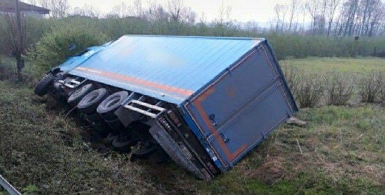 Samsun'da kargo kamyonu şarampole yuvarlandı: 1 yaralı