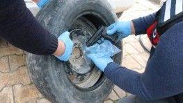Kaçak 18 tabancayı stepne lastiğine gizledi