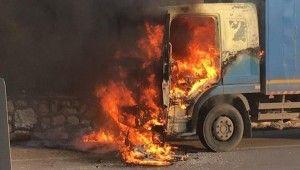 Kargo kamyonu seyir halindeyken alev alıp yandı