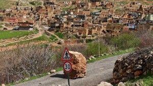 Gercüş'te heyelan, köy yolu ulaşıma kapandı