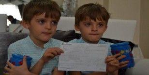 Yedi yaşındaki ikizler bisiklet paralarını Milli Dayanışma'ya bağışladı