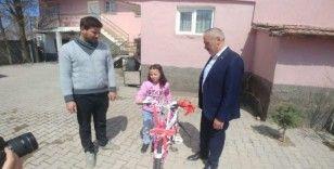 Cumhurbaşkanı Yardımcısı Oktay, Hilal Su Mert'e bisiklet hediye etti