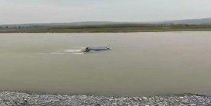 İki taraf arasında kavga çıktı, aracı nehre attılar