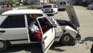 Kontrolsüz kavşakta otomobiller çarpıştı