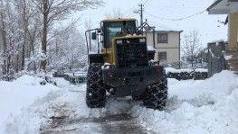 Karılova'da Nisan'da karla mücadele