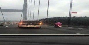 (Özel)  Köprüden geçen motosikletli kuryeye sürücüler kalkan oldu