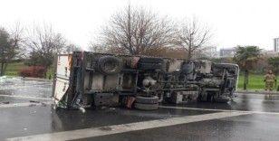 Esenler'de virajı alamayan kamyon bariyerlere çarparak devrildi