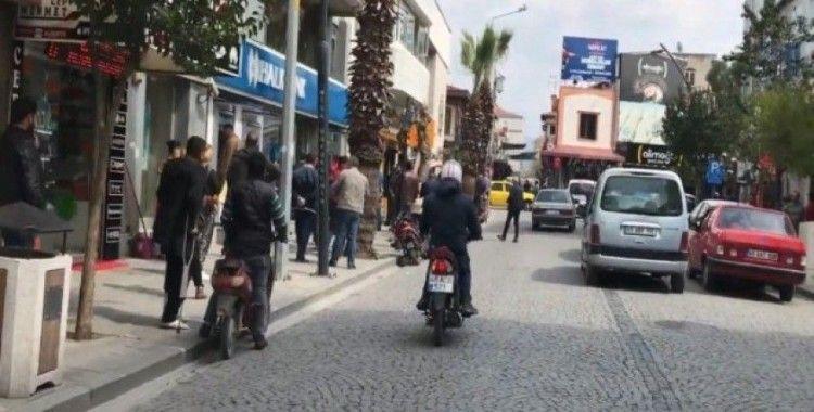 Korona virüs tedbirleri Akhisar'ın en işlek caddesini trafiğe kapattırdı
