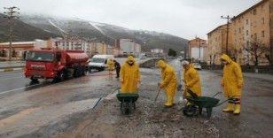 Bitlis Belediyesi kaldırım ve caddeleri köpüklü suyla yıkıyor
