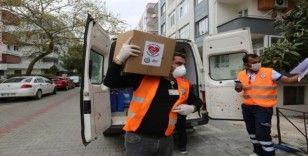 İhtiyaç sahiplerine gıda ve hijyen paketleri dağıtılıyor