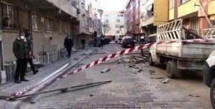 Sultangazi'de uçan çatı 4 araca zarar verdi