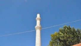 Çürük raporu verilen minarenin külahı fırtınaya dayanamadı