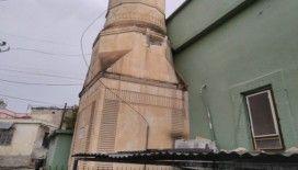 Tarsus'ta yıldırım caminin minaresine isabet etti