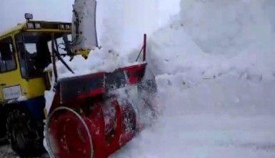 Kar kalınlığının 7-8 metre olduğu bölgede yol açma çalışması başlatıldı