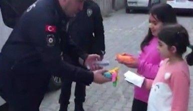 Nisan ve Eylül'e polis amcalarından balon hediyesi