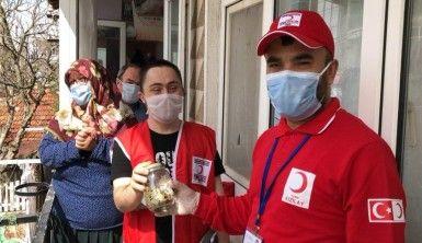 Down sendromlu genç kumbarasını Kızılay'a bağışladı