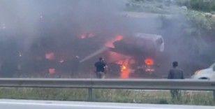 Otomobil taşıyan tır alev alev yandı