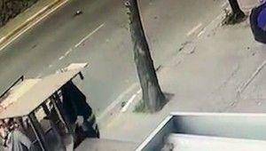 At arabalı kadın hırsızların rampa çaldığı anlar kamerada