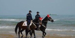 """İstanbul'da """"Atlı Jandarmadan Birlikleri""""nden plajlarda denetim"""