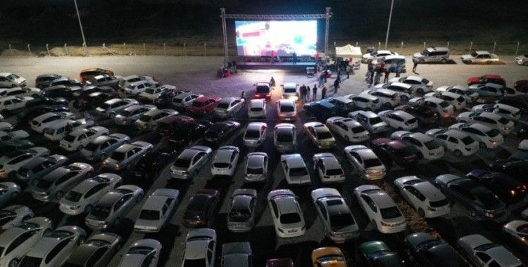 """Nevşehir'de yüzlerce araç """"Arabalı Sinema"""" etkinliğine katıldı"""