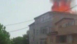 Sultanbeyli'de çatı katı alev alev yandı