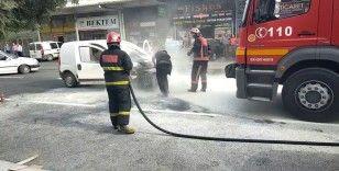 Yanan araca ilk müdahale yangın tüpüyle vatandaş yaptı